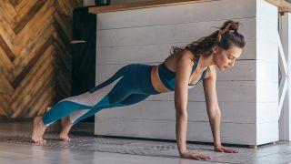 Los ejercicios de fuerza con pesas, ¿antes o después del cardio? - Flexiones