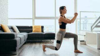 Los ejercicios de fuerza con pesas, ¿antes o después del cardio? - Zancada hacia atrás