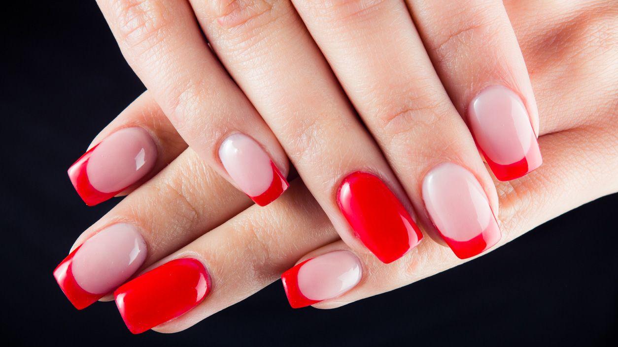 Manicura francesa de color para San Valentín