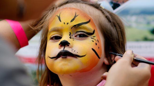 Pintura facial de león para niña