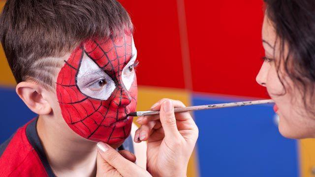 Maquillaje facial para niños en carnaval