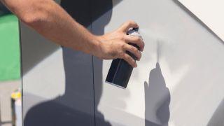 ¿Cómo pintar un mueble con spray?
