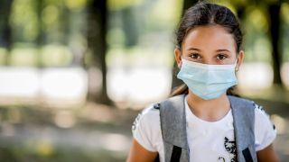 Colchicina: qué es y por qué se ha convertido en la nueva esperanza para hacerle frente a la COVID-19 - Niña con mascarilla quirúrgica