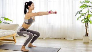 4 ejercicios para fortalecer los glúteos ¡sin salir de casa! - Sentadillas