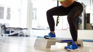4 ejercicios para fortalecer los glúteos ¡sin salir de casa! - Step