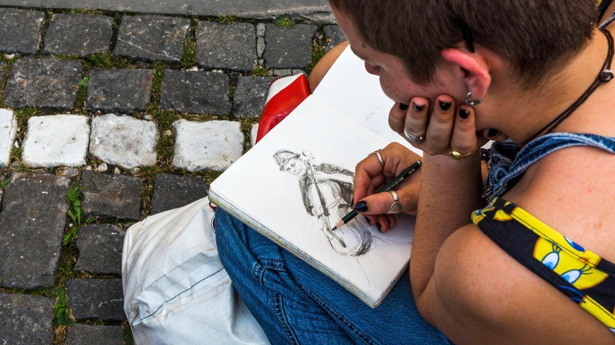 Los beneficios de completar un sketchbook o cuaderno de dibujo e ideas para lograrlo