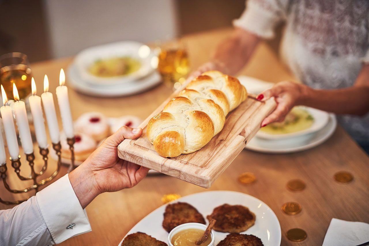 Pan trenzado jalá en fiesta religiosa judía