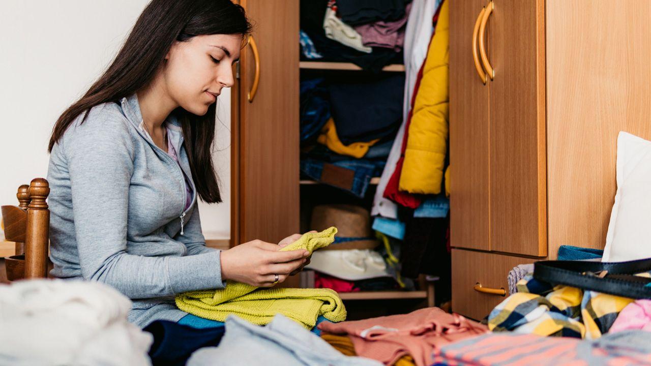 Cómo eliminar o quitar la humedad de los armarios de la ropa