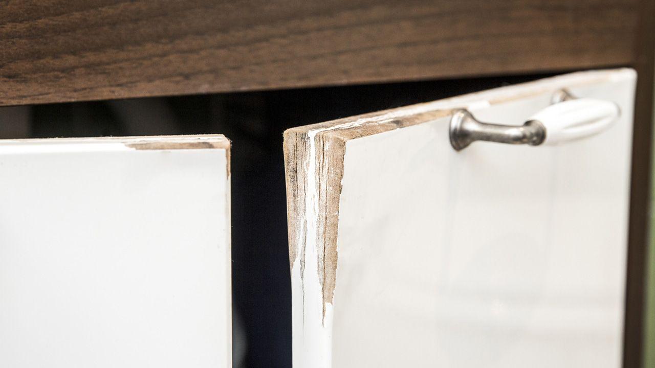 Cómo identificar la humedad de los armarios bajos de la cocina y del baño