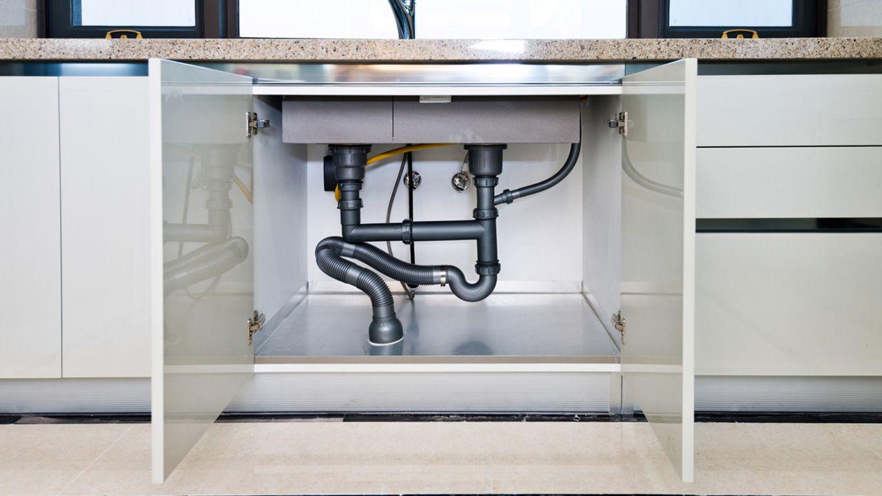 Cómo eliminar la humedad de los armarios bajos de la cocina