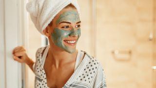 Tipos de granos en la cara y cómo quitarlos - Exfoliar la piel