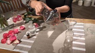 Cómo hacer agua de rosas (¡en 4 pasos!) - Colar la mezcla