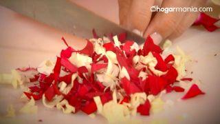 Cómo hacer una bomba de baño efervescente de flores - Cortar los pétalos