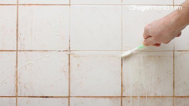Cómo quitar el moho del techo del baño