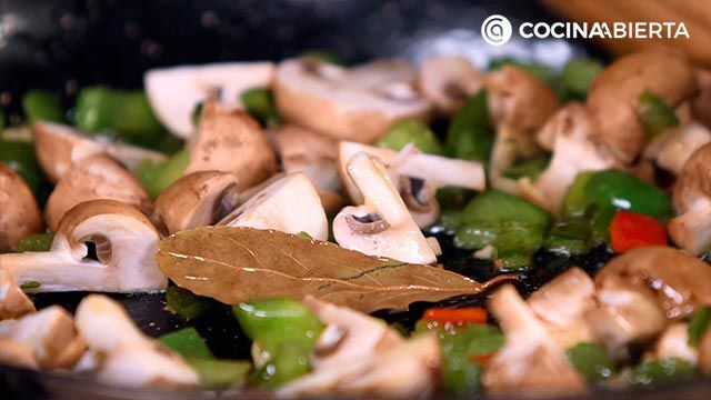 Paso 3 de la receta de Paella montañesa con setas