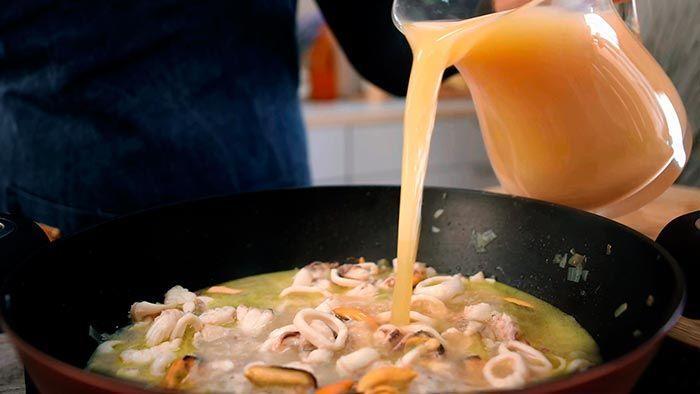 Paso 3 de la receta de Sopa de pescado con calamares y mejillones