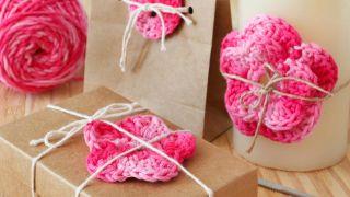 Flores de crochet para adornar regalos de San Valentín