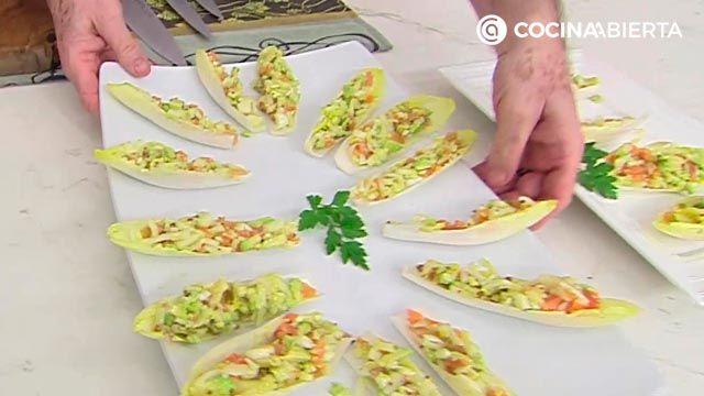 Ensalada de endibias con salmón, pera y aguacate