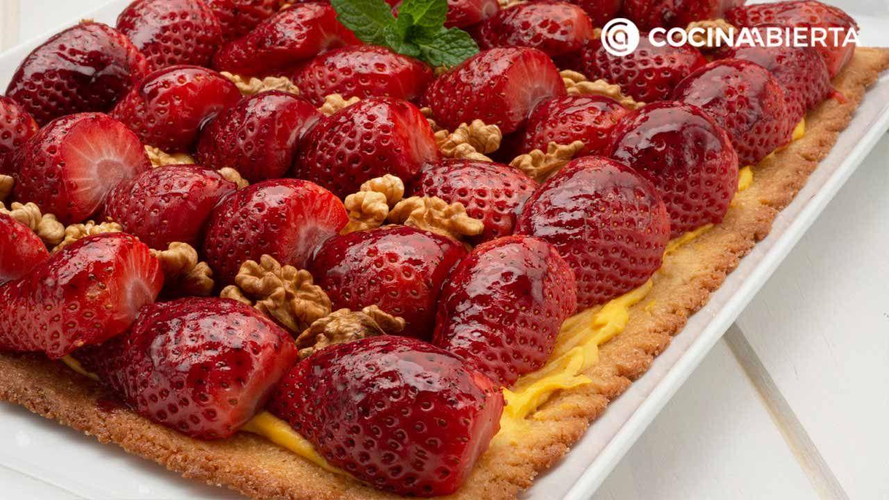 Tarta de fresas con nueces y crema pastelera