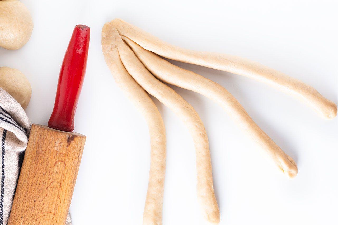 Pan trenzado dulce judío de 4 cabos - trenzado a mano
