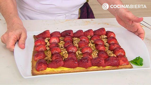 Tarta de fresas naturales (con nueces y crema pastelera), un postre fácil al horno de Eva Arguiñano  - paso 5