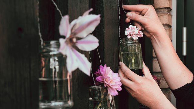 Tarros de cristal para decorar la valla del jardín