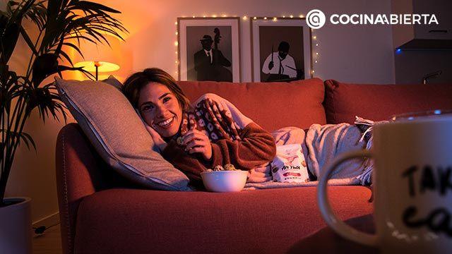 Mujer en el sofá disfrutando de unos Air Nuts