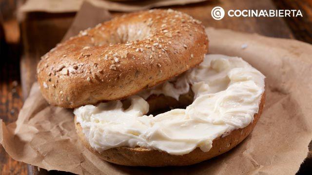 Cómo hacer bagels caseros, las rosquillas de pan más populares de New York - Relleno de queso crema