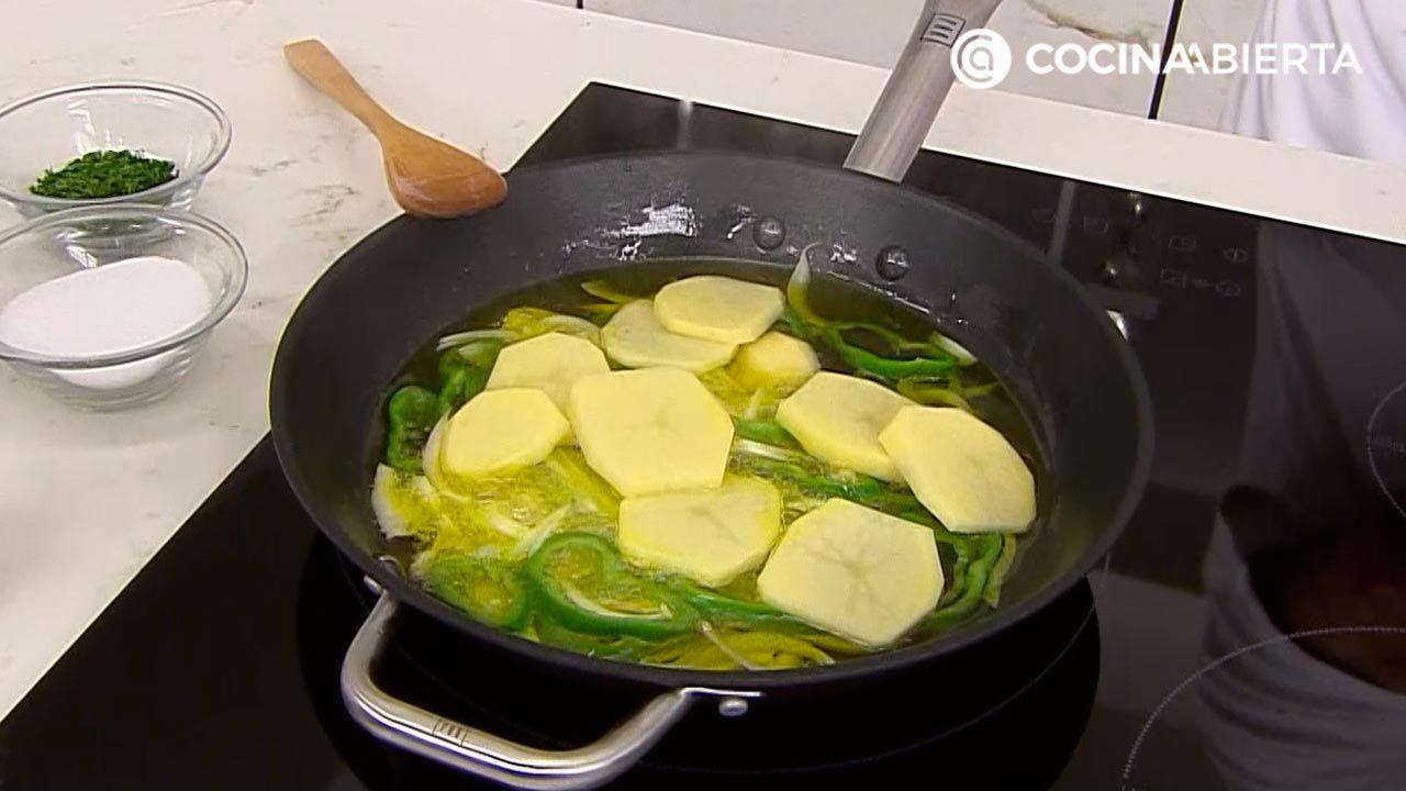 Cogote de merluza al horno con patatas panadera y vinagreta caliente, un delicioso pescado de Karlos Arguiñano - paso 1