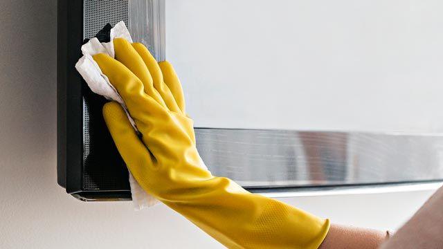 Cómo limpiar el polvo de los muebles con trucos caseros