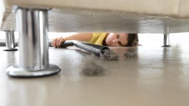 Cómo limpiar el polvo de los muebles y los suelos