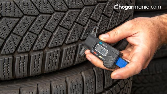 Cómo medir la profundidad de los de dibujos de un neumático