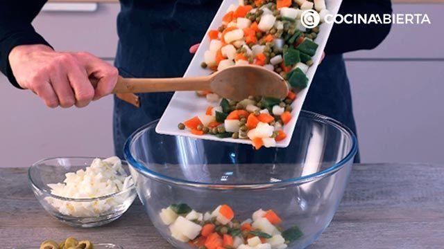 Paso 3 de la receta de Ensaladilla con pintxo donostiarra