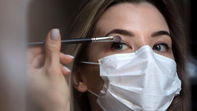 Fijador de maquillaje, el aliado para evitar que se manche la mascarilla con el maquillaje