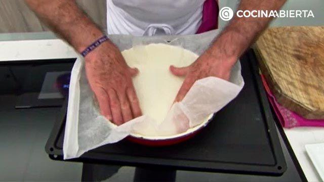El truco de Karlos Arguiñano para hornear la masa quebrada y que quede crujiente - paso 1