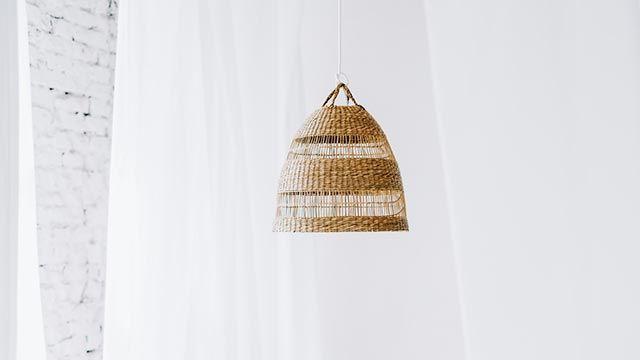 Ideas para decorar con cestas de mimbre - Lámpara