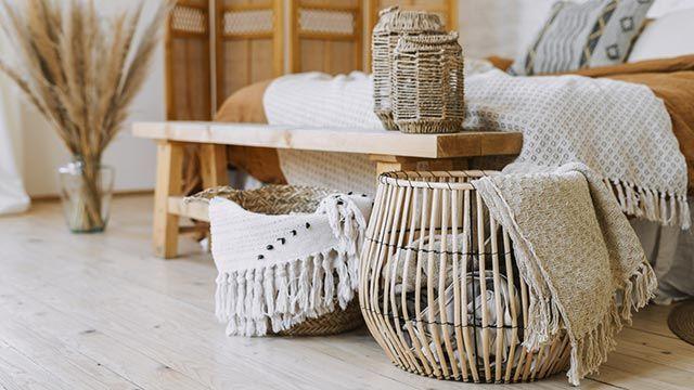 Ideas para decorar con cestas de mimbre - Mantas y cojines