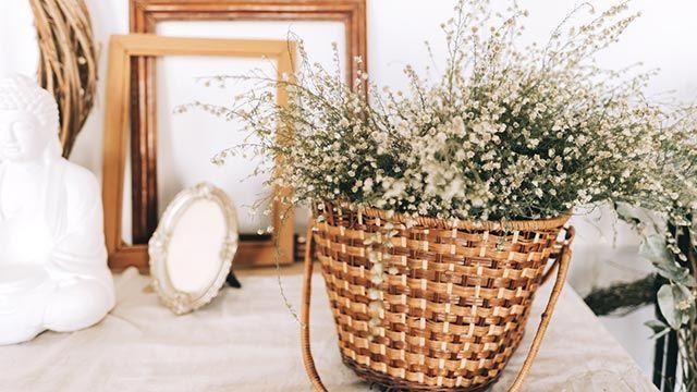 Ideas para decorar con cestas de mimbre - Jarrones