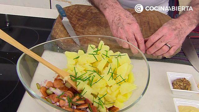 Ensalada alemana de patatas y salchichas