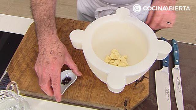 Majado de ajo de Karlos Arguiñano para unas costillas al horno más jugosas - ingredientes