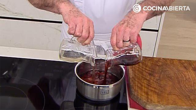 Cerdo salteado con salsa de Oporto, una receta tradicional de Karlos Arguiñano - paso 1