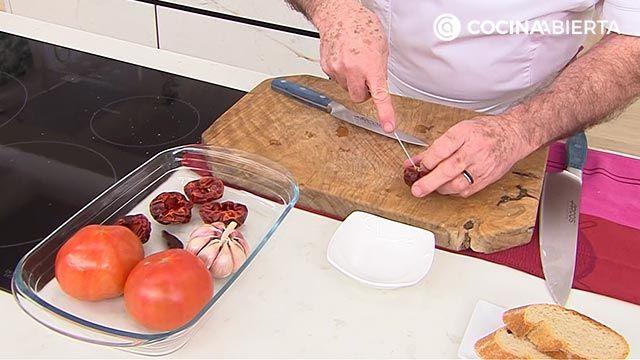 Puerros asados al horno con salsa romesco, la receta de Karlos Arguiaño - paso 1