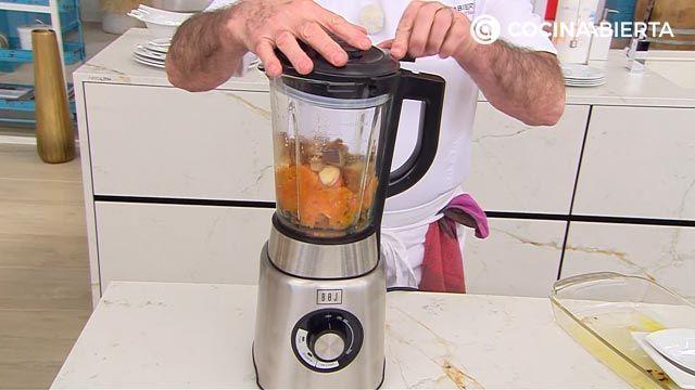 Puerros asados al horno con salsa romesco, la receta de Karlos Arguiaño - paso 2