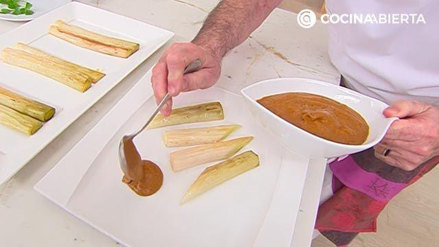 Puerros asados al horno con salsa romesco, la receta de Karlos Arguiaño - paso 4