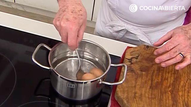 Mini pastelitos de atún con tomate, las deliciosas empanadillas al horno de Karlos Arguiñano - paso 1