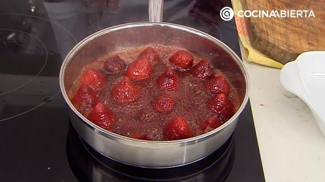 Fresas confitadas con nata: un postre fácil y rápido de Karlos Arguiñano - paso 2