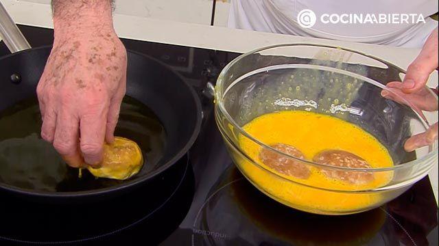 Mini torrijas de pan (con bollitos de hamburguesa), la receta más cremosa de Karlos Arguiñano - paso 3