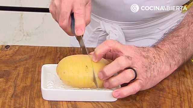 Patatas Hasselback, la receta de Karlos Arguiñano - paso 1