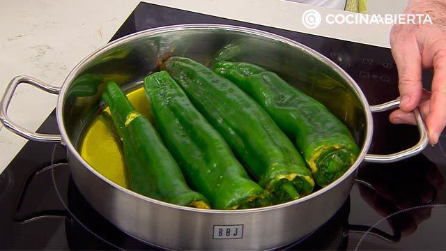 Pimientos verdes rellenos de tortilla de patata, la receta de Karlos Arguiñano - paso 3
