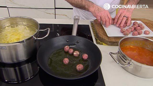 Tallarines con albóndigas de ternera y queso por Karlos Arguiñano - paso 3
